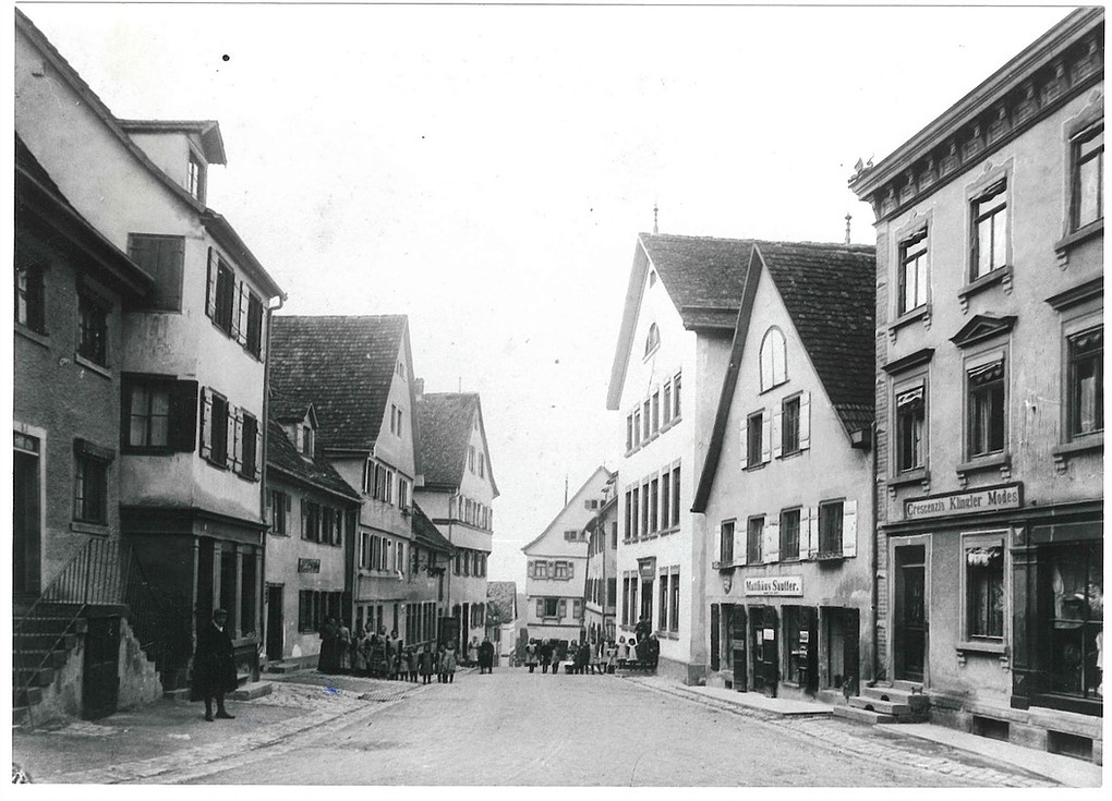 Schulhaus in der Schulstraße (drittes von rechts), gegenüber das Paradies